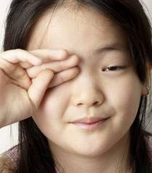 上班族的各位有沒有常常覺得自己眼睛發癢,好像有東西跑進去一樣,而且可怕的是不論你用水沖,或請別人吹氣,都沒有辦法把眼中的異物去除掉。假如有的話,你可能得了辦公室的常見疾病乾眼症了。  這種眼睛大概也不怕乾吧XD(圖片來源) 以往乾眼症比較常出現在老年人或眼睛受到感染者身上,因為眼睛的淚腺功能不彰的關係,可是隨著現代社會的進步,乾眼症的成因也產生了變化:如長期處於乾燥的地方;或是長時間專心做某件事情,如開車、用電腦等,造成眨眼次數減少;或長期配戴隱形眼鏡,又清潔不徹底,容易導致結膜與眼瞼的發炎,造成淚液分佈